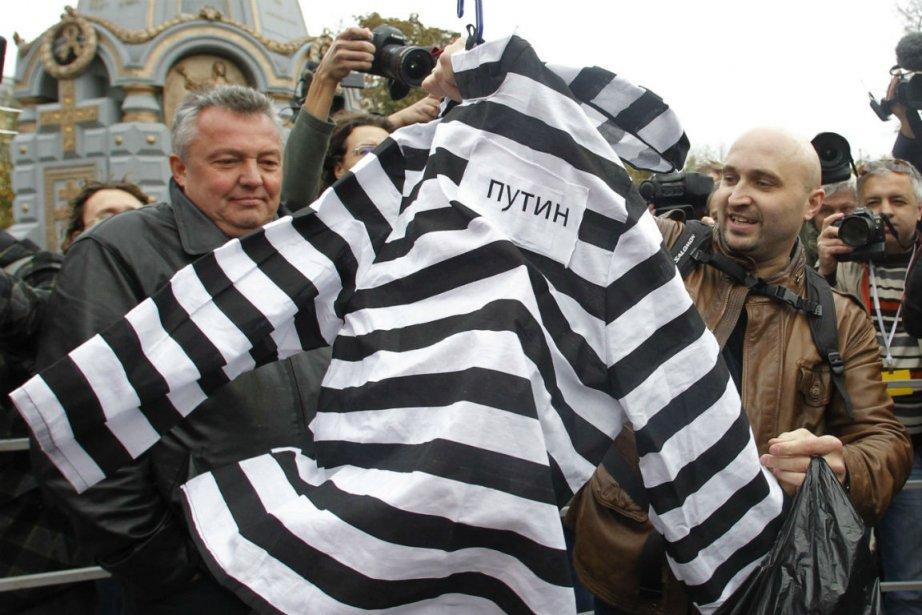 Des manifestants avaient apporté des cadeaux pour le... (Photo Maxim Shemetov, Reuters)