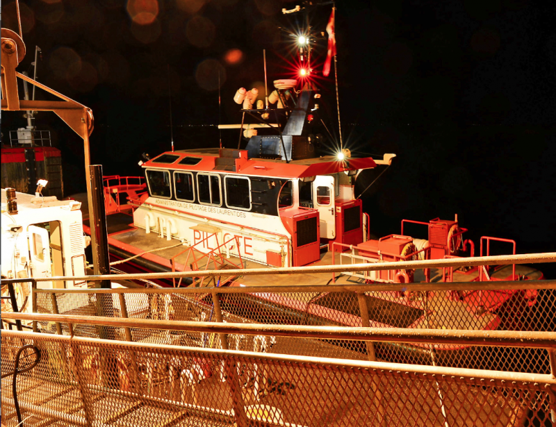 L'équipe du Soleil a grimpé à bord d'une petite embarcation aux Escoumins, un peu avant minuit, dans la nuit de samedi à dimanche, pour rejoindre le Kruzenshtern, au milieu du Saint-Laurent. | 7 octobre 2012