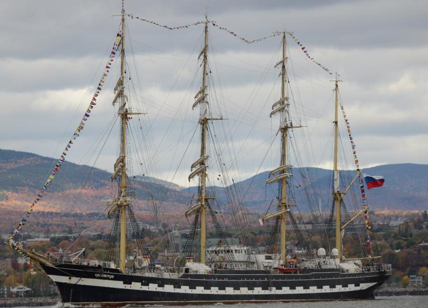 Le Kruzenshtern, muni de 34 voiles et quatre mâts, approche du port de Québec. | 7 octobre 2012