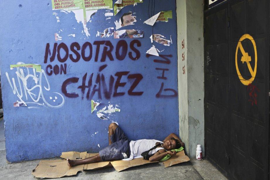 Un sans-abri dort près d'un graffiti favorable au... (PHOTO RODRIGO ABD, ASSOCIATED PRESS)