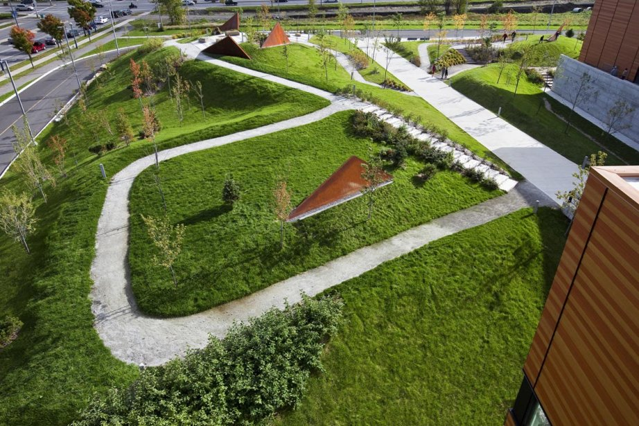 NIP Paysage a conçu l'architecture de paysage du Centre sportif de Gatineau avec l'artiste Francine Larivée, qui a créé des sculptures triangulaires ocre en acier Corten, en harmonie avec les bâtiments orangés et la topographie des lieux. | 9 octobre 2012