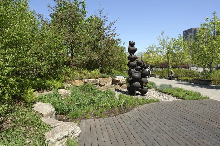 Le sculpteur Michel Saulnier a donné du cachet au jardin Domtar (centre-ville de Montréal) avec son oeuvre en bois Écho. | 9 octobre 2012