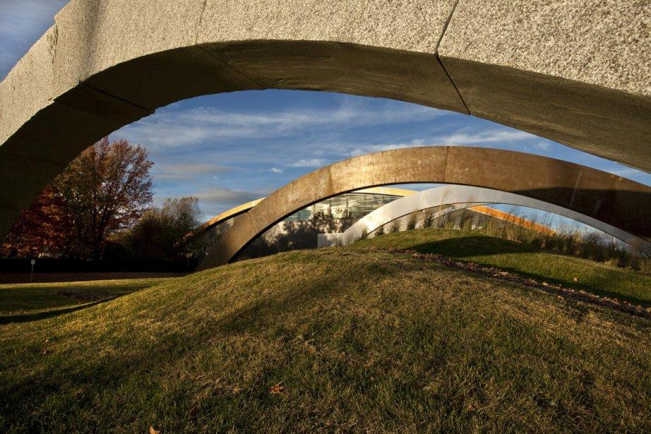 Le sculpteur André Fournelle a travaillé avec des architectes et architectes paysagistes de Vlan Paysages lors du projet d'aménagement du parc Chauveau, à Québec, en 2010. Ses arcs de jardin des quatre éléments s'intègrent avec harmonie à la courbure du toit du centre de soccer intérieur. | 9 octobre 2012