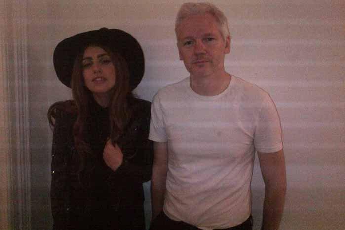 Lady Gaga et Julian Assange.... (Photo: AP)