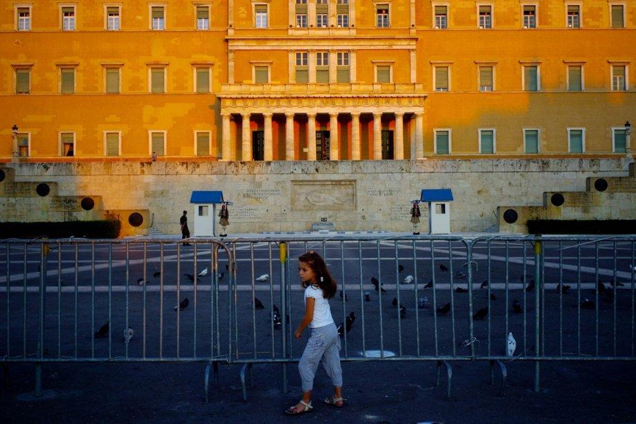 Une jeune fille devant le Parlement grec, le 6 octobre... | 2012-10-10 00:00:00.000