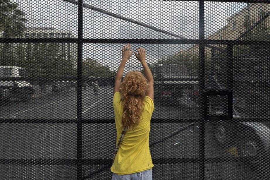 Une manifestante devant une barrière de sécurité devant le Parlement grec, le 9 octobre 2012. | 10 octobre 2012