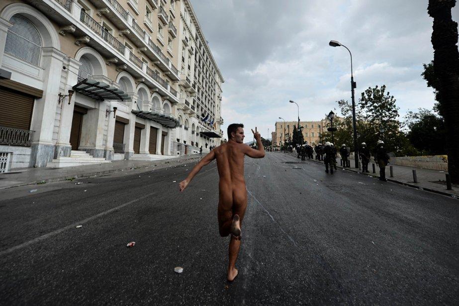 Un manifestant nu qui fait un signe de victoire, le 9 octobre 2012. | 10 octobre 2012
