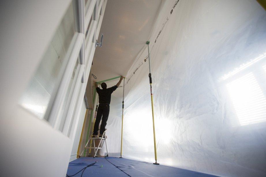 Les techniciens en décontamination isolent de façon étanche... (Photo: Ivanoh Demers, La Presse)
