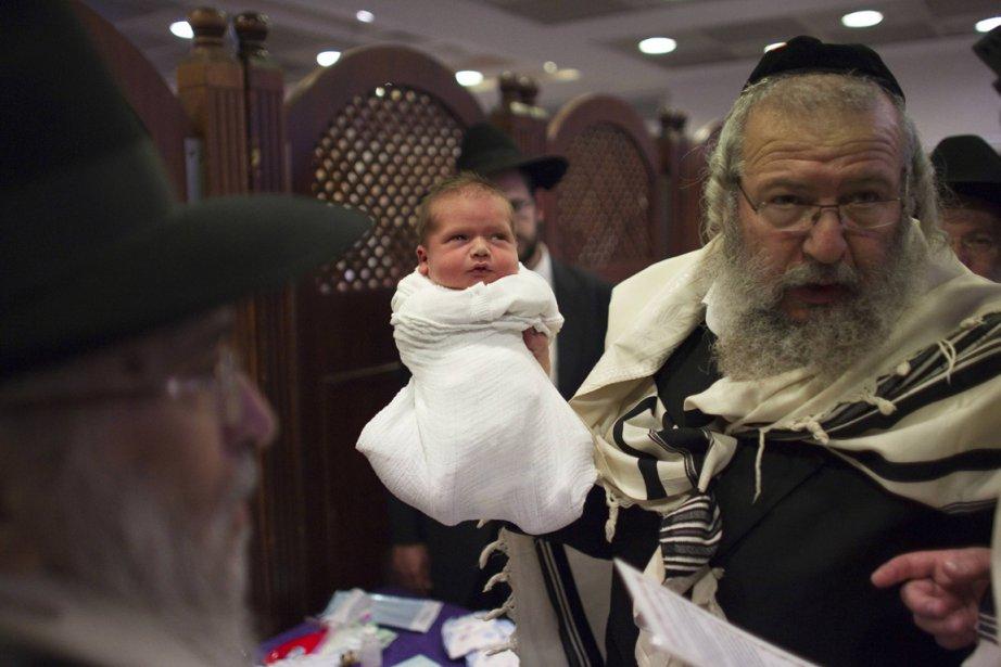Circoncision religieuse à Jérusalem.... (PHOTO RONEN ZVULUN, REUTERS)