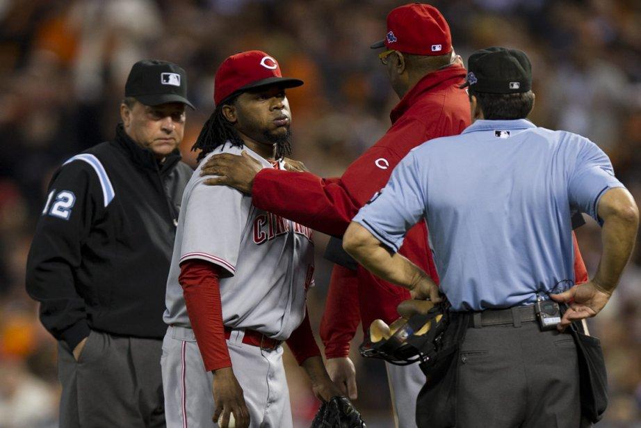 Le lanceur des Reds Johnny Cueto s'est étiré... (Photo: AP)