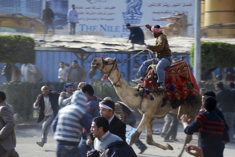 Violente manifestation le 2 février 2011 sur la... (PHOTO MOHAMMED ABOU ZAID, ASSOCIATED PRESS)