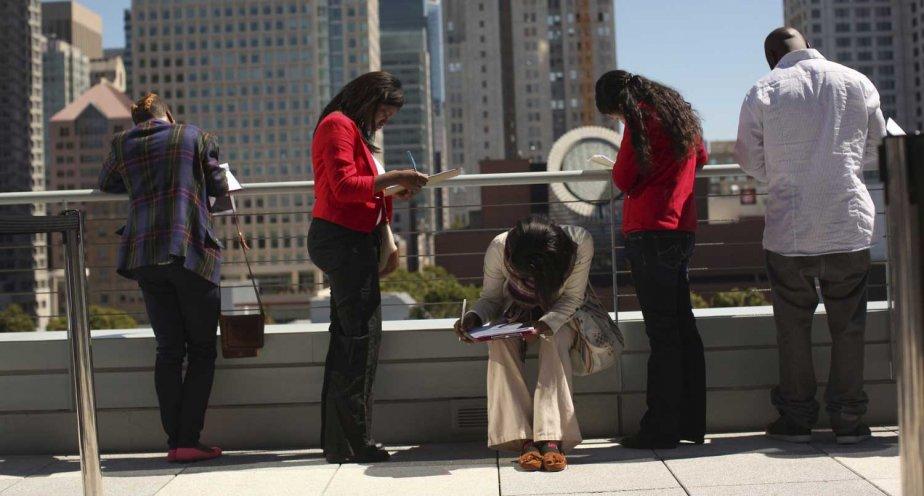 Des chômeurs remplissent une demande d'emploi chez Target,... (PHOTO ROBERT GALBRAITH, REUTERS)