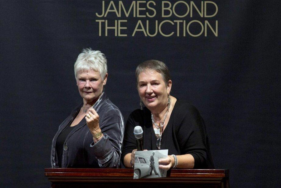 Judi Dench en compagnie de la conceptrice de... (Photo: Reuters)