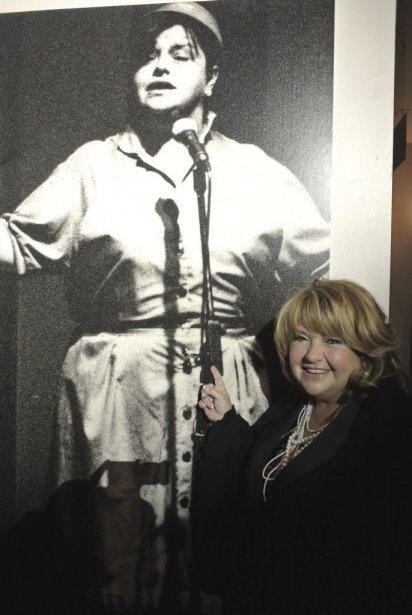Lise Dion pose ici devant la photo du numéro qui... | 2012-10-11 00:00:00.000