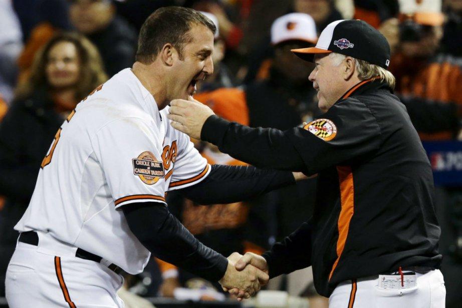 Jim Thome et le gérant Buck Showalter... (Photo Alex Brandon, Associated Press)