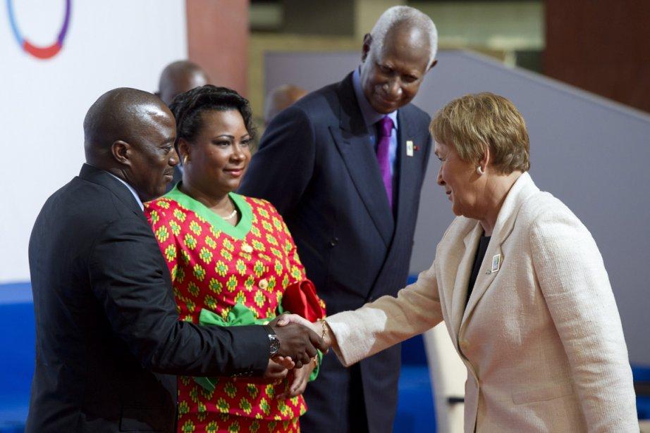 La première ministre québécoise Pauline Marois échange une... (Photo : Paul Chiasson, PC)