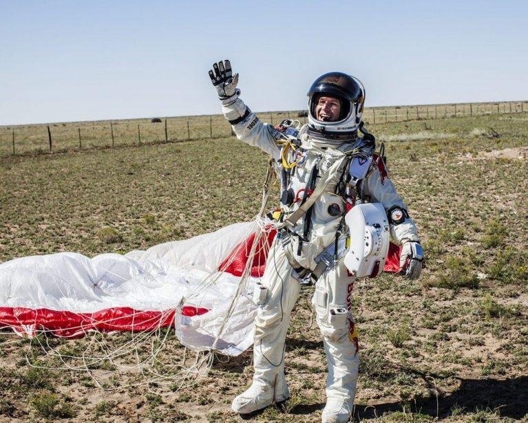 Felix Baumgartner a levé le bras au ciel après avoir atterri à Roswell, dans le Nouveau-Nexique. (AP)