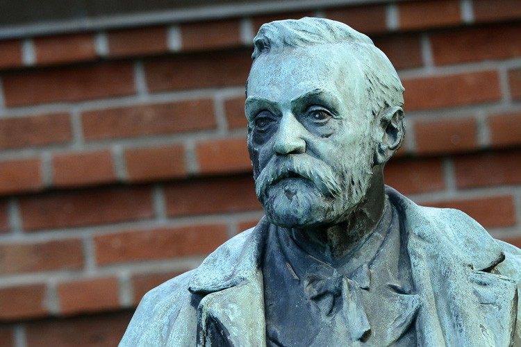 La statue d'Alfred Nobel à Stockholm, en Suède.... (Photo: AFP)