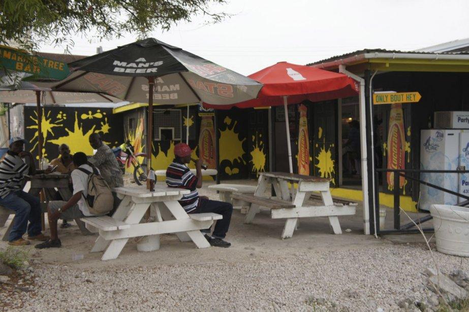 Les «rhum shops» sont des incontournables de la vie quotidienne à la Barbade. C'est là que les locaux se retrouvent pour prendre un verre entre amis. | 15 octobre 2012