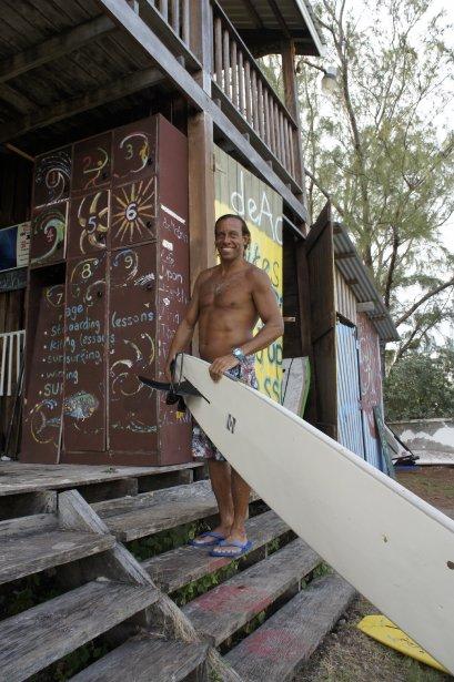 Brian Talma, champion de planche à voile, devant son école de surf où il enseigne aux débutants. | 15 octobre 2012
