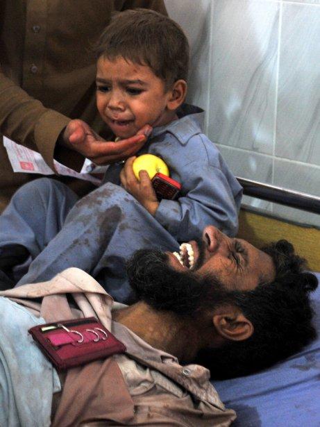 599747-pakistan-garcon-pleure-cote-pere AFGHANISTAN dans REFLEXIONS PERSONNELLES