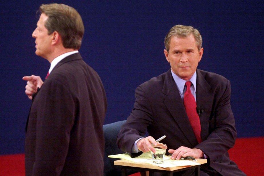 Le démocrate Al Gore (debout) affronte le républicain... (PHOTO ARCHIVES AFP)
