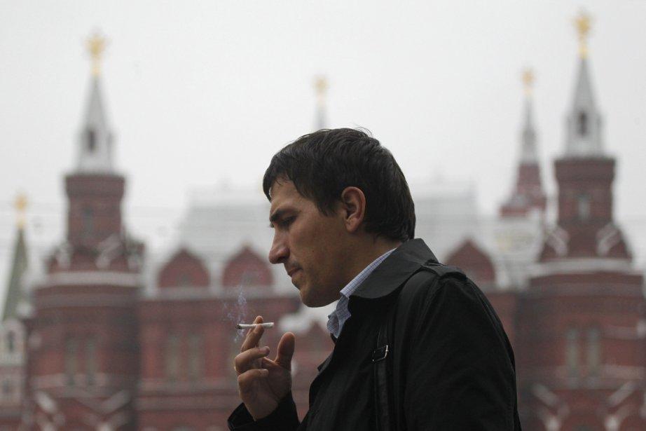 Un fumeur à Moscou.... (PHOTO MAXIM SHEMETOV, REUTERS)