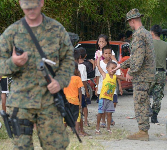 Des soldats américains jouent avec les enfants philippins à leur arrivée. | 16 octobre 2012