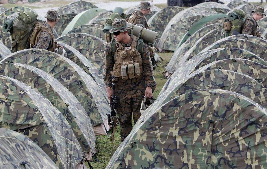 Les soldats prennent place dans les tentes qu'ils viennent de monter eux-mêmes en guise de camp pour la période des manoeuvres. | 16 octobre 2012