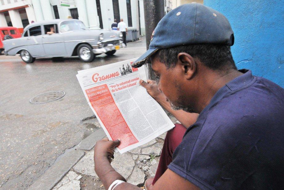 Un Cubain lit dans les pages de Granma,... (PHOTO AFP)