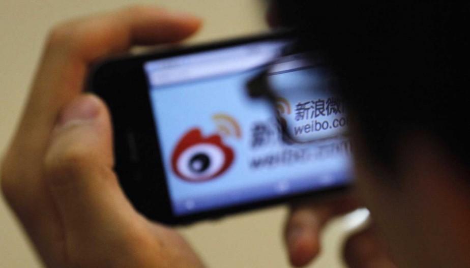 Un homme consulte son iPhone.... (PHOTO CARLOS BARRIA, ARCHIVES REUTERS)