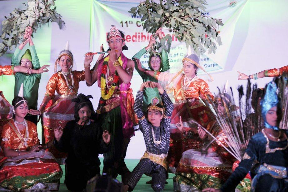 Des artistes exécutent une danse traditionnelle à l'occasion... (PHOTO NOAH SEELAM, AFP)