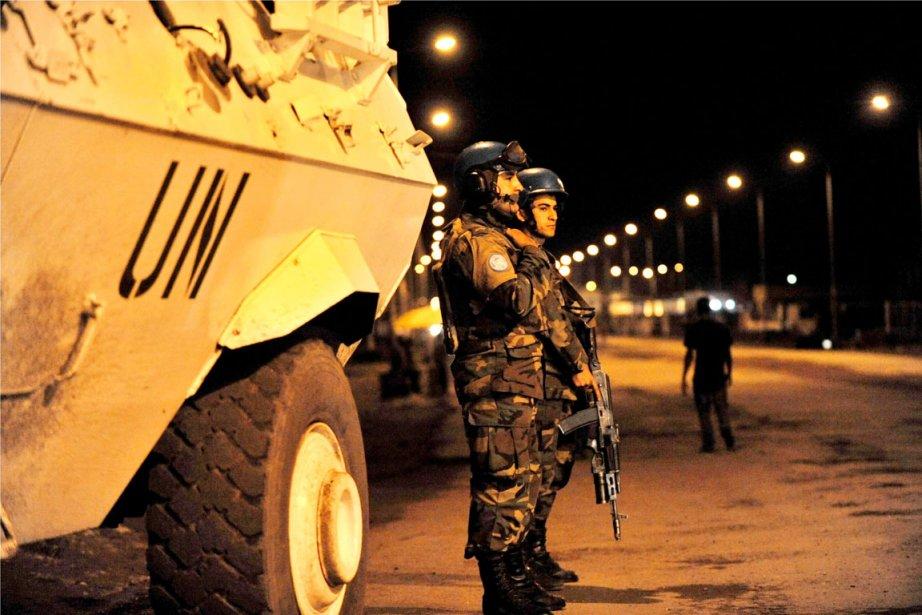 Deux membres de la MONUSCO patrouillent dans les... (PHOTO JUNIOR D. KANNAH, AFP)
