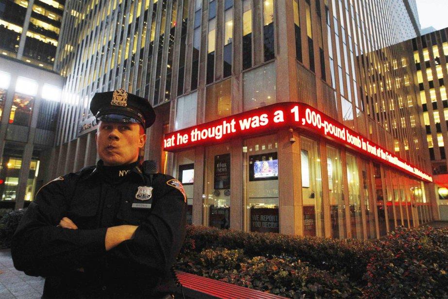 Un policier du NYPD est campé devant un... (PHOTO LUCAS JACKSON, REUTERS)
