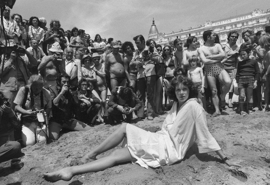 Sylvia Kristel pose sur la plage de Cannes en mai 1977. | 18 octobre 2012