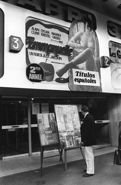 L'affiche du film Emmanuelle sur la devanture d'un cinéma de Paris. | 18 octobre 2012