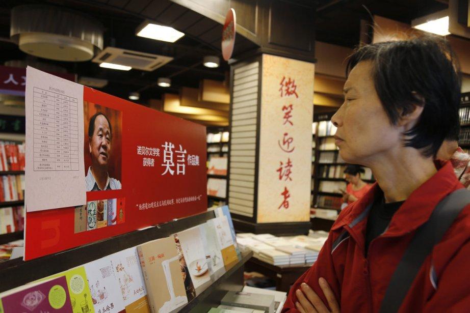Une Chinoise regarde des livres de Mo Yan... (Photo: AP)