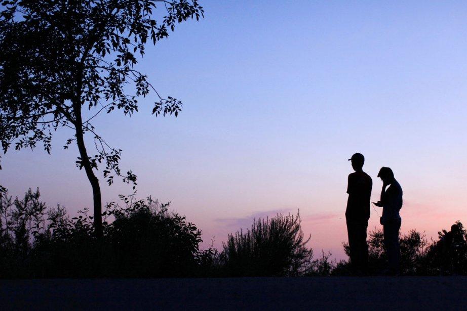 Des scouts regardent le coucher de soleil depuis... (PHOTO MIKE BLAKE, ARCHIVES REUTERS)