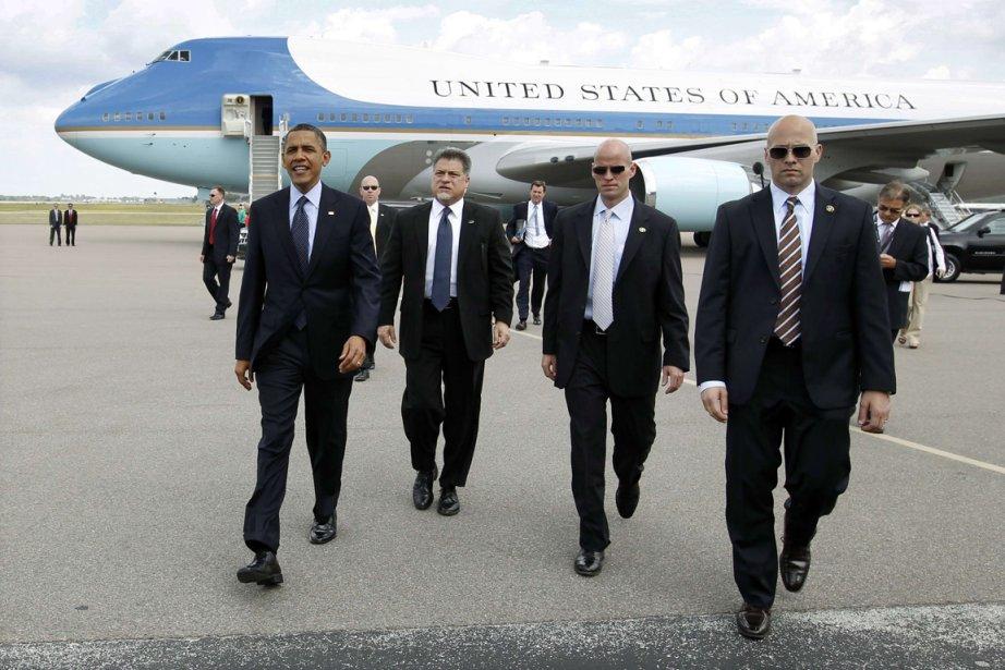 Le président américain Barack Obama en compagnie d'agents... (PHOTO KEVIN LAMARQUE, REUTERS)