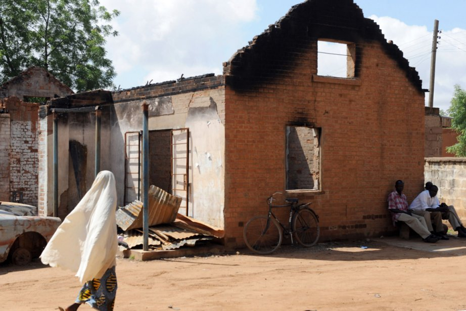 Un poste de police ravagé par des militants... (Photo AFP)