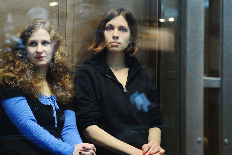 Nadejda Tolokonnikova (à droite) a été envoyée en... (PHOTO NATALIA KOLESNIKOVA, AFP)