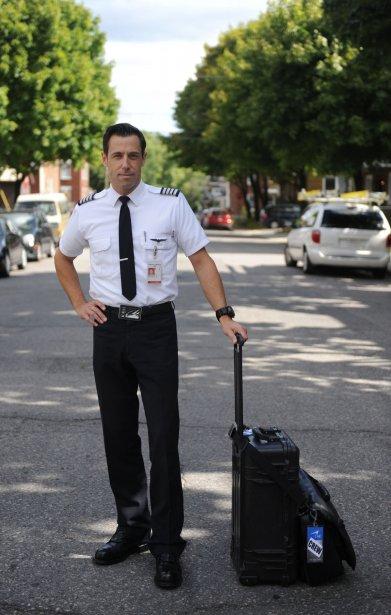 Le pilote d'avion Patrick Collet et sa valise, aussi compacte... | 2012-10-23 00:00:00.000