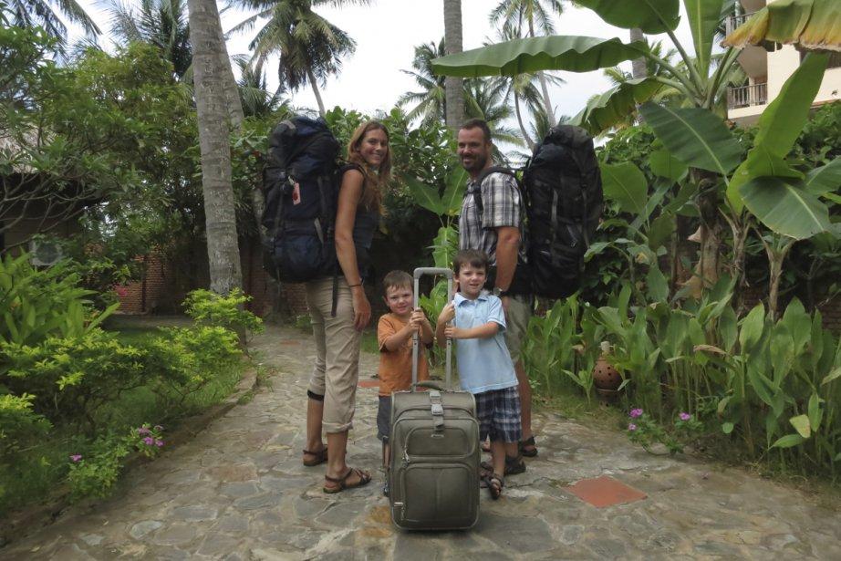 Marilaine Bolduc-Jacob, Frédéric Falardeau et les enfants Louka et Manu. Une famille de voyageurs équipés de sacs à dos et d'une valise. | 23 octobre 2012