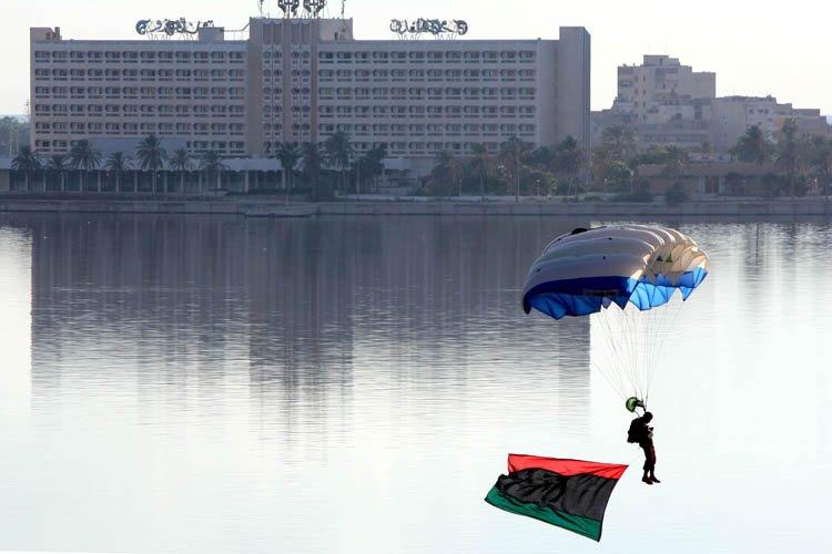 Un parachutiste libyen a célébré en atterrissant à... (Photo: AFP)