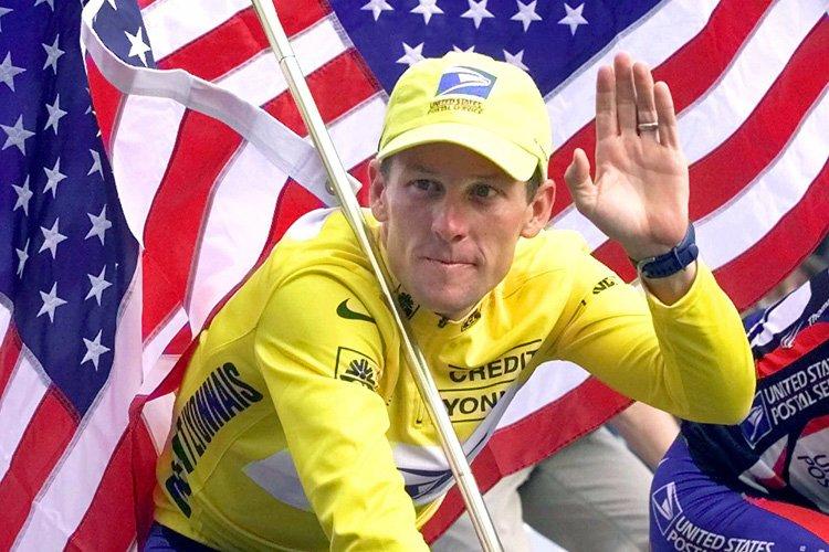Lance Armstrong célébrant sa victoire du Tour de... (Archives AP)