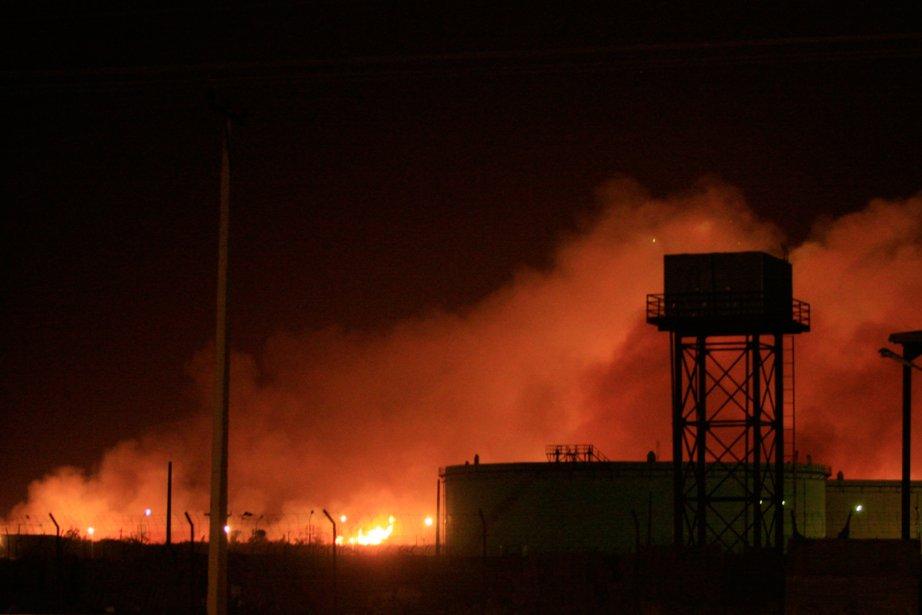 Une série d'explosions, suivies d'un incendie, s'est produite... (PHOTO REUTERS)