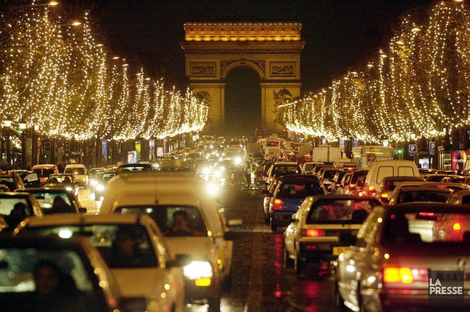 Les Champs-Élysées s'illuminent toujours à l'approche de Noël.... (Photo: AP)