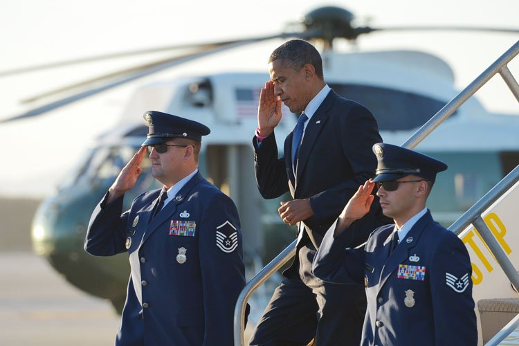 Barack Obama à l'aéroport de Los Angeles, en... (Photo: AP)