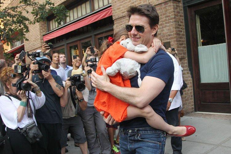 Tom Cruise avec sa fille Suri en juillet... (Photo: AFP)