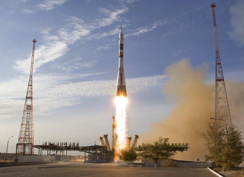-Une fusée Soyuz transportant deux cosmonautes russes et un astronaute américain quitte le cosmodrome de Baikonur au Kazakhstan. | 26 octobre 2012